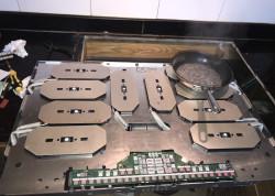 kỹ thuật viên của bảo hành 24h khắc phục bếp từ Neff liệt phím ngay tại nhà